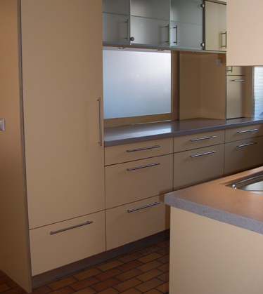 Küche, Bestückt Mit Hochwertigen Marken Geräten. Fronten HPL Beschichtet,  Arbeitsplatte Aus Mineralwerkstoff, Durchreiche Aus Ahorn.